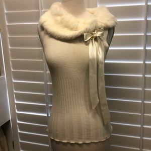 Sleeveless sweater with soft fur collar and bow
